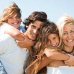 Retrato de familia feliz de cuatro — Foto de Stock