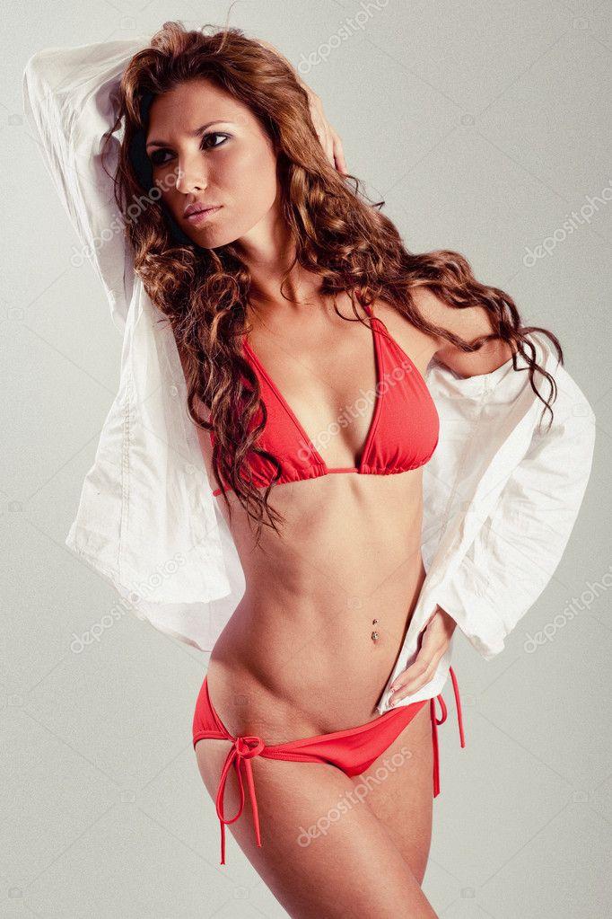depositphotos 1370688 Gorgeous sexy latin babe in bikini Ashton Kutcher y Mila Kunis por fin juntos