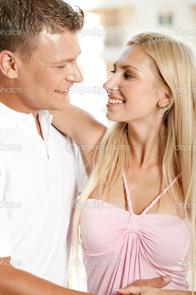 Young caucasian couple looking at each other — Stock Photo #1370723
