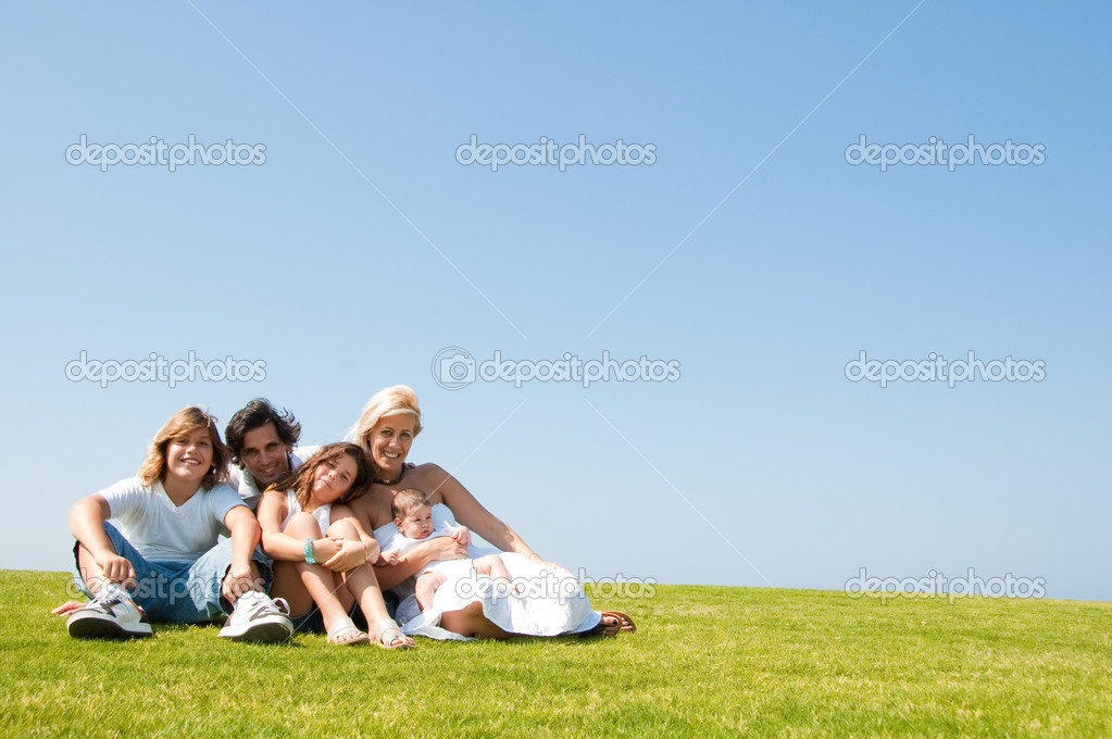 Smiling family of five looking at camera and smiling — Stock Photo #1371678