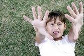 Unga flickor visar palmer till kamera — Stockfoto
