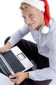 Lächelnder mann vor kamera mit laptop — Stockfoto
