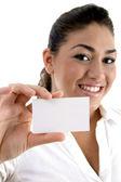 年轻女性显示名片 — 图库照片
