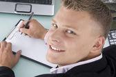 Powrót stanowią uśmiechający się prawnika pracy — Zdjęcie stockowe
