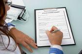 Tillbaka utgör läkare skriva på anteckningar — Stockfoto