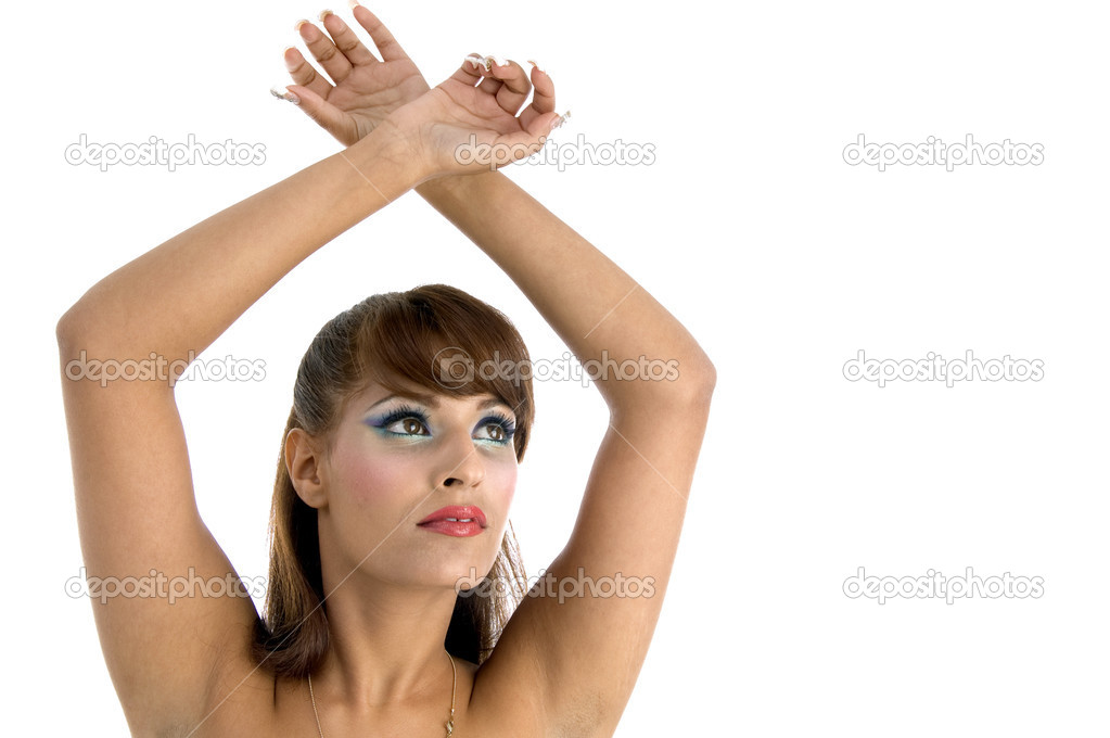 golaya-s-podnyatimi-rukami