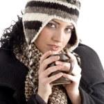 kadın kupa kahve holding kış kapağı ile — Stok fotoğraf