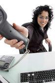 Souriant le récepteur de téléphone montre femme — Photo