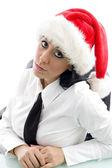 Jovem mulher no trabalho no chapéu de natal — Foto Stock