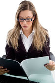 Businesslady läsa dokumentfil — Stockfoto
