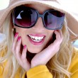 Glamorous woman with hat and sunglasses — Stock Photo