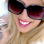 Beautiful woman wearing sunglasses — Stock Photo #1675908