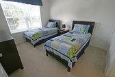 Slaapkamer met twee eenpersoonsbedden — Stockfoto