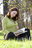 Pregnant woman reads — Stockfoto