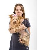 Jovem garota com um yorkshire terrier — Fotografia Stock