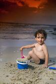 Chłopiec grać plaża zachód — Zdjęcie stockowe