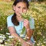 niña ramo de flores en el campo al atardecer — Foto de Stock