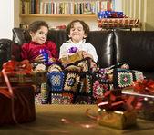 Barn och julklappar — Stockfoto