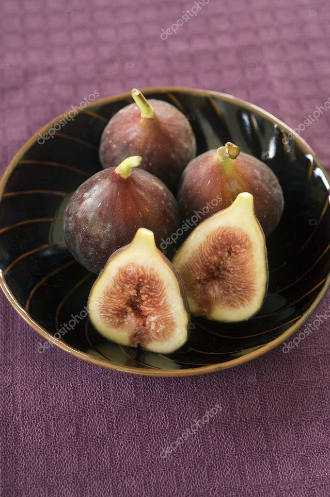 Still life three whole figs and one sliced in a japanese bowel — Stock Photo #1413474