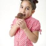 klein meisje eten van ijs — Stockfoto