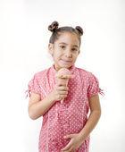 Holčička jíst zmrzlinu — Stock fotografie