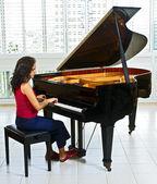 Women pianist — Stock Photo