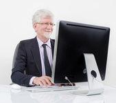 Senior affärsman med dator — Stockfoto