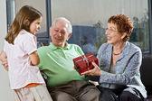 подарок внуков бабушки и дедушки — Стоковое фото