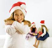 Liten flicka med jul hatt — Stockfoto