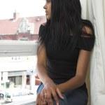 Случайные девочка расслабляющий на окно — Стоковое фото