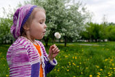 The girl and a dandelion — Stockfoto