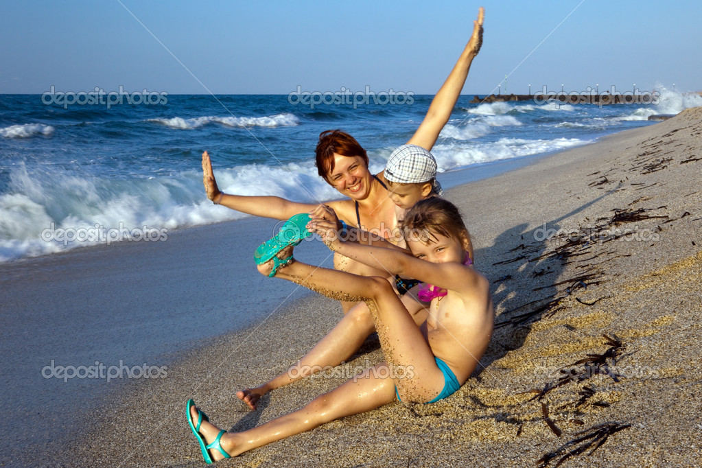 Mum plays with children a beach — Stock Photo #1360330