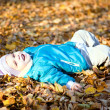 Children throw autumn leaves 7 — Stock Photo