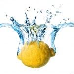 limone fresco caduto in acqua — Foto Stock