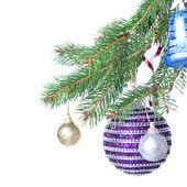 Weihnachtsdekoration auf tanne — Stockfoto