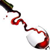 Gieten van rode wijn in glazen goblet — Stockfoto