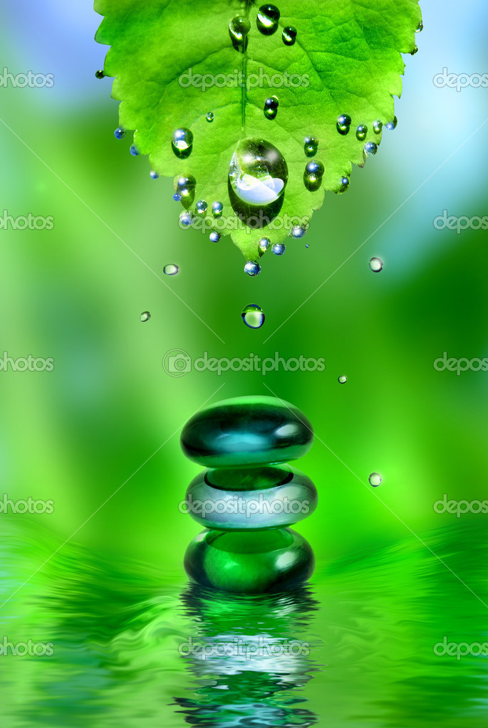 Balancing spa shiny stones in water splash with leaf and drops — Stock Photo #1363838
