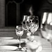 Photo noir et blanc des gobelets de verre — Photo