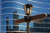Poste indicador en blanco con lámpara antigua — Foto de Stock
