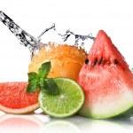 plusk wody na świeże owoce — Zdjęcie stockowe