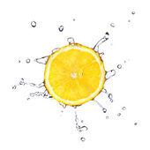 Plátek citronu kapkami vody — Stock fotografie