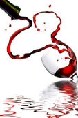 Heart from pouring red wine in goblet — Стоковое фото