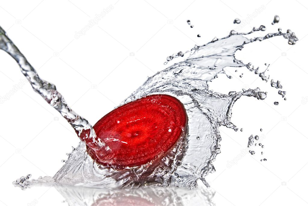 Red beet with water splash isolated on white — Stock Photo #2635192