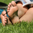 Foto Stock: Bare feet in grass