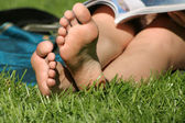 Bare feet in the grass — 图库照片