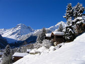 Chalets in a snow white valley — Foto de Stock