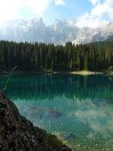 Jezero carezza v italských dolomitech — Stock fotografie