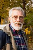 Elderly man in autumn park — Stock Photo