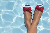 Zapatos náuticos en la piscina — Foto de Stock