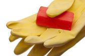 Gelbe handschuhe mit seife reinigen — Stockfoto